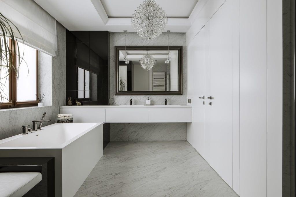 Pracownia Inter-Arch Architekci i luksusowa rezydencja w Wilanowie - jasna łazienka w rezydencji