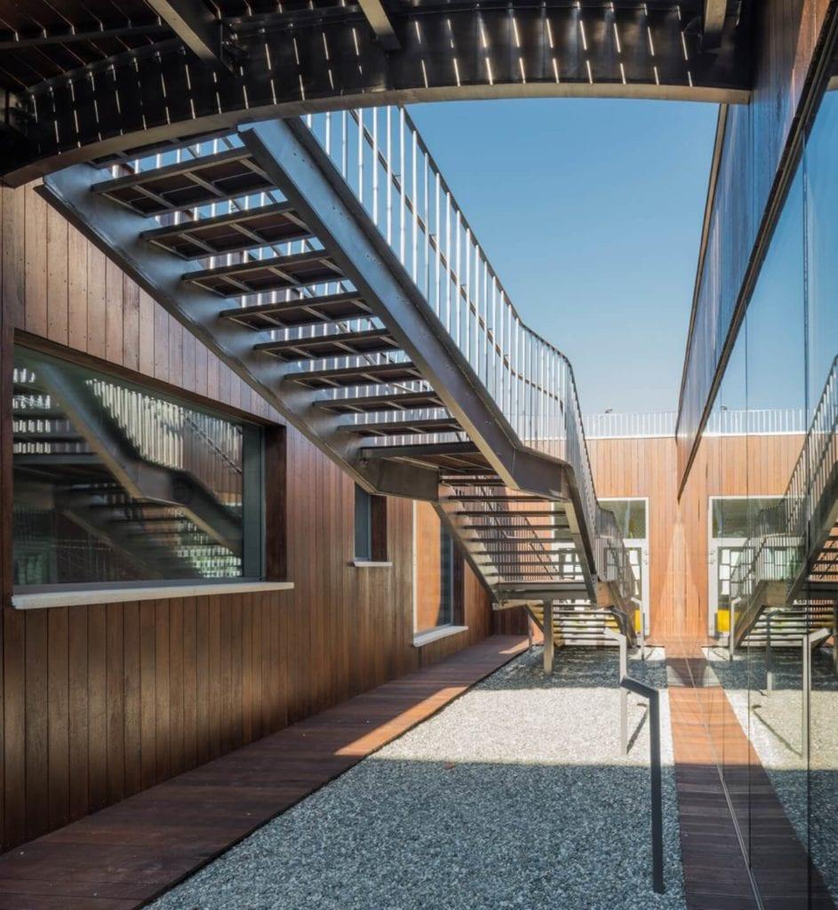 Przedszkole w Żorach projektu pracowni Toprojekt - schody wewnątrz przedszkola