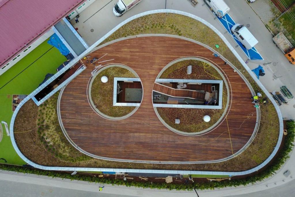 Przedszkole w Żorach projektu pracowni Toprojekt - taras na dachu