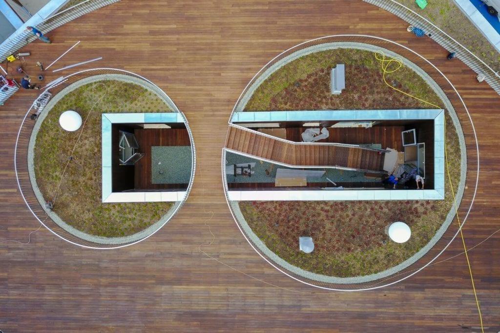 Przedszkole w Żorach projektu pracowni Toprojekt - widok tarasu na dachy
