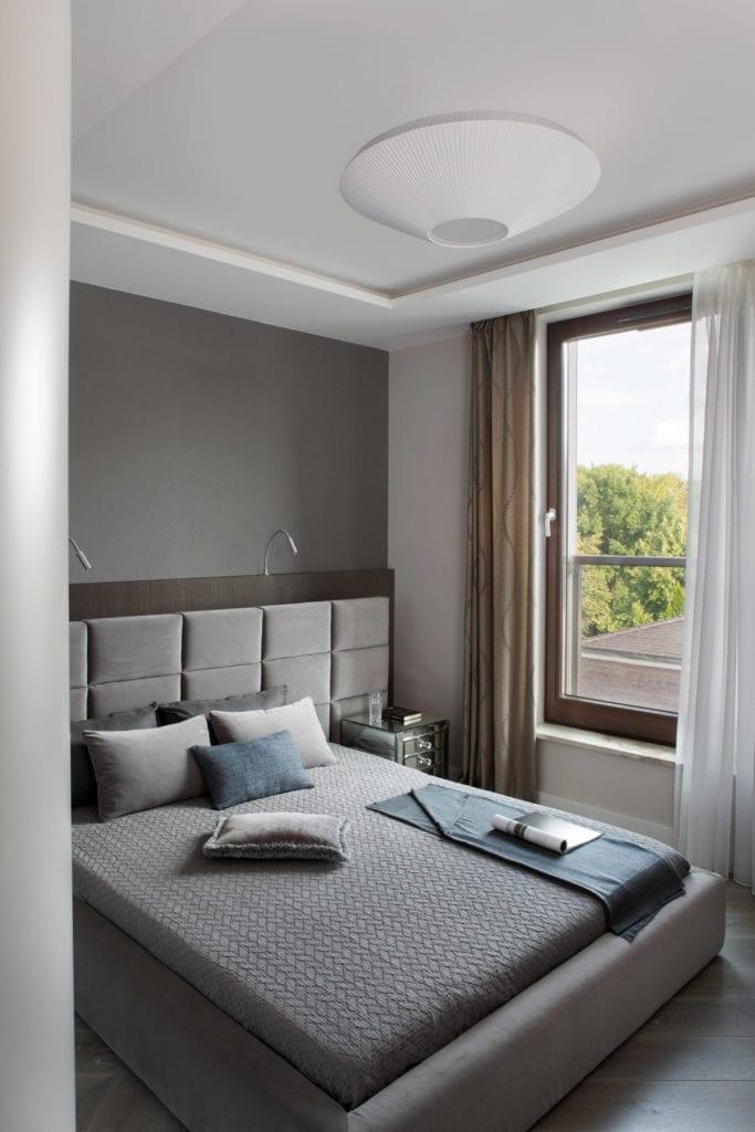 Roland Stańczyk RS Studio Projektowe i luksusowy apartament w sercu Warszawy - duże łóżko w sypialni