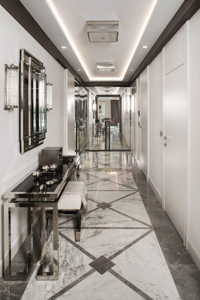 Roland Stańczyk RS Studio Projektowe i luksusowy apartament w sercu Warszawy - hol z marmurową podłogą