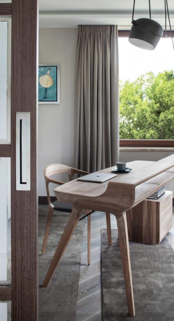Roland Stańczyk RS Studio Projektowe i luksusowy apartament w sercu Warszawy - drewniane biuro w pracowni