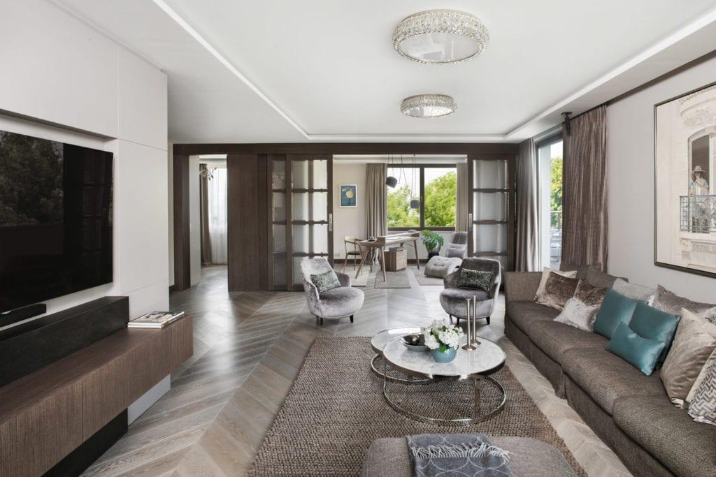 Roland Stańczyk RS Studio Projektowe i luksusowy apartament w sercu Warszawy - ogromny salon z ciemną podłogą