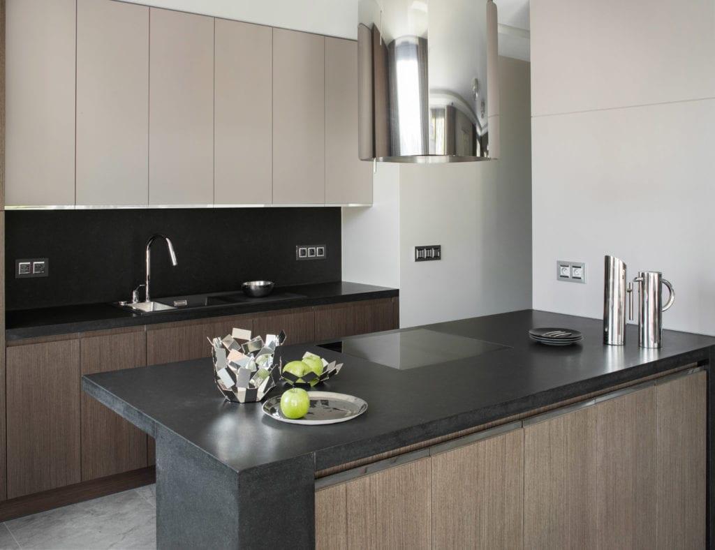 Roland Stańczyk RS Studio Projektowe i luksusowy apartament w sercu Warszawy - wyspa w kuchni