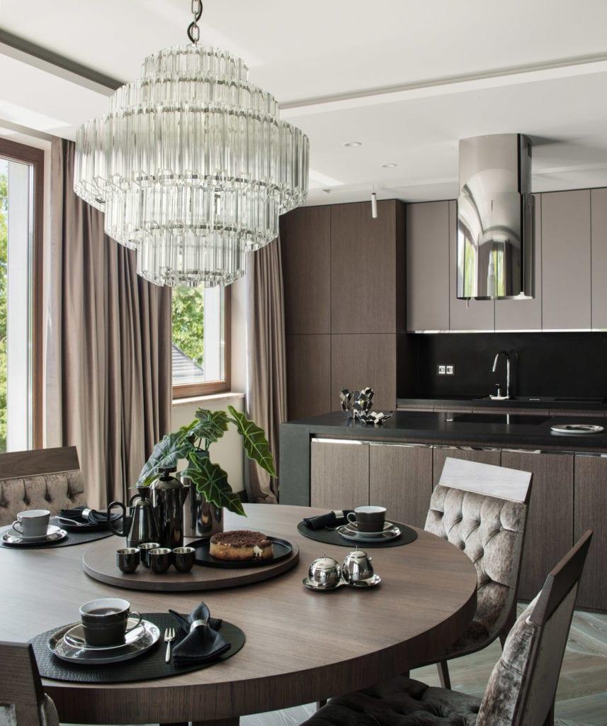 Roland Stańczyk RS Studio Projektowe i luksusowy apartament w sercu Warszawy - okrągły, drewniany stół w salonie