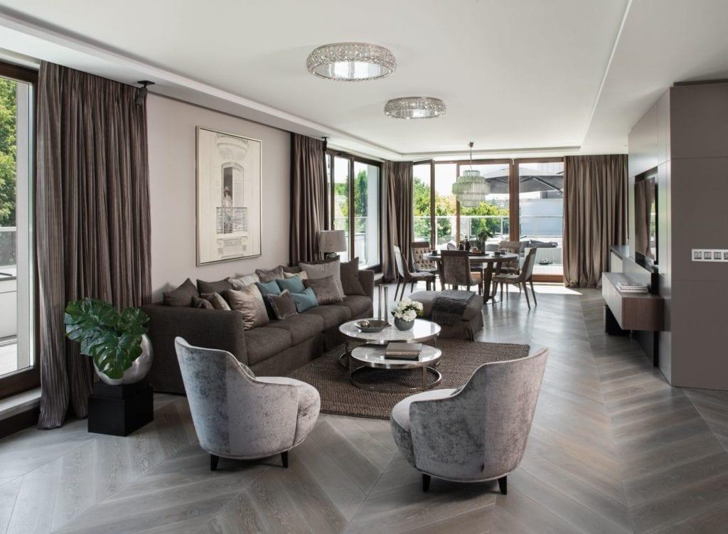 Roland Stańczyk RS Studio Projektowe i luksusowy apartament w sercu Warszawy - duży salon z drewnianą podłogą