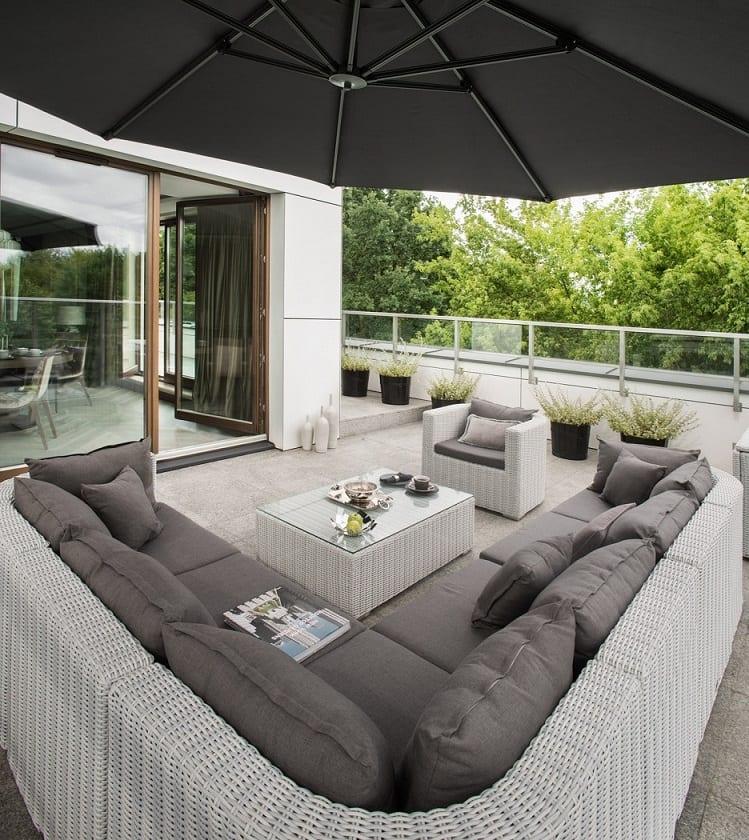 Roland Stańczyk RS Studio Projektowe i luksusowy apartament w sercu Warszawy - meble ogrodowe na tarasie w apartamencie