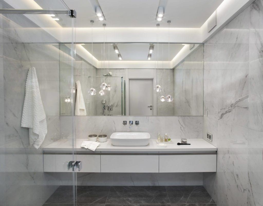 Roland Stańczyk RS Studio Projektowe i luksusowy apartament w sercu Warszawy - łazienka z dużym lustrem