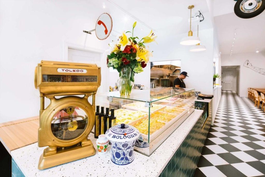 Tortello - sklep w Chicago projektu Siren Betty Design - zabytkowa waga na ladzie restauracji