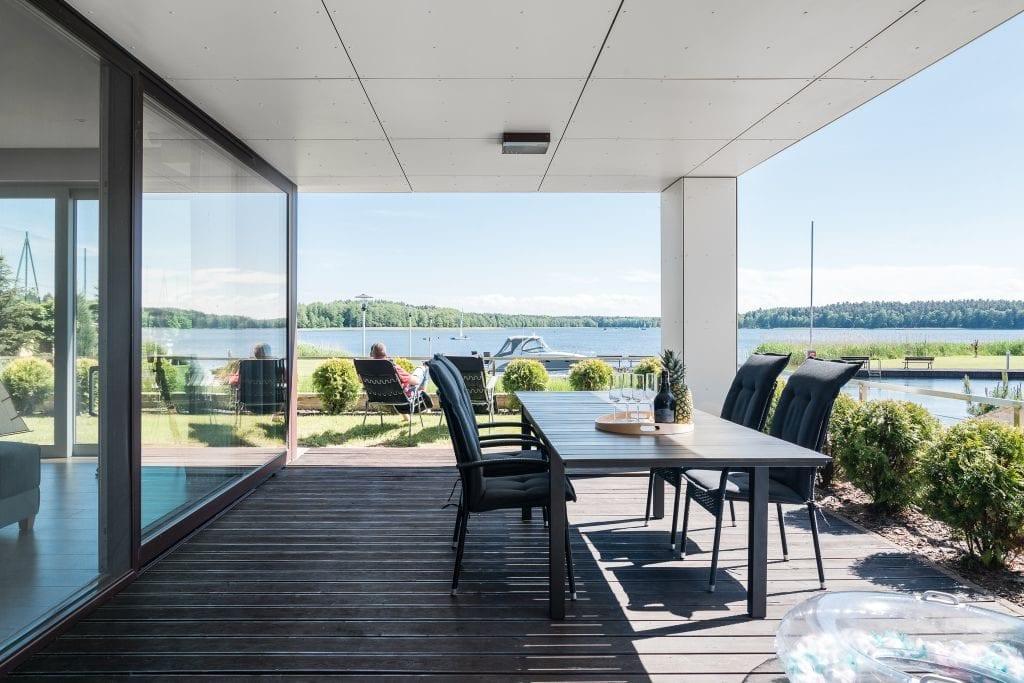 Wakacyjny dom w Giżycku projektu Studio Projekt x Dekorian Home - zdjęcia Fotomohito - taras z widokiem na jezioro