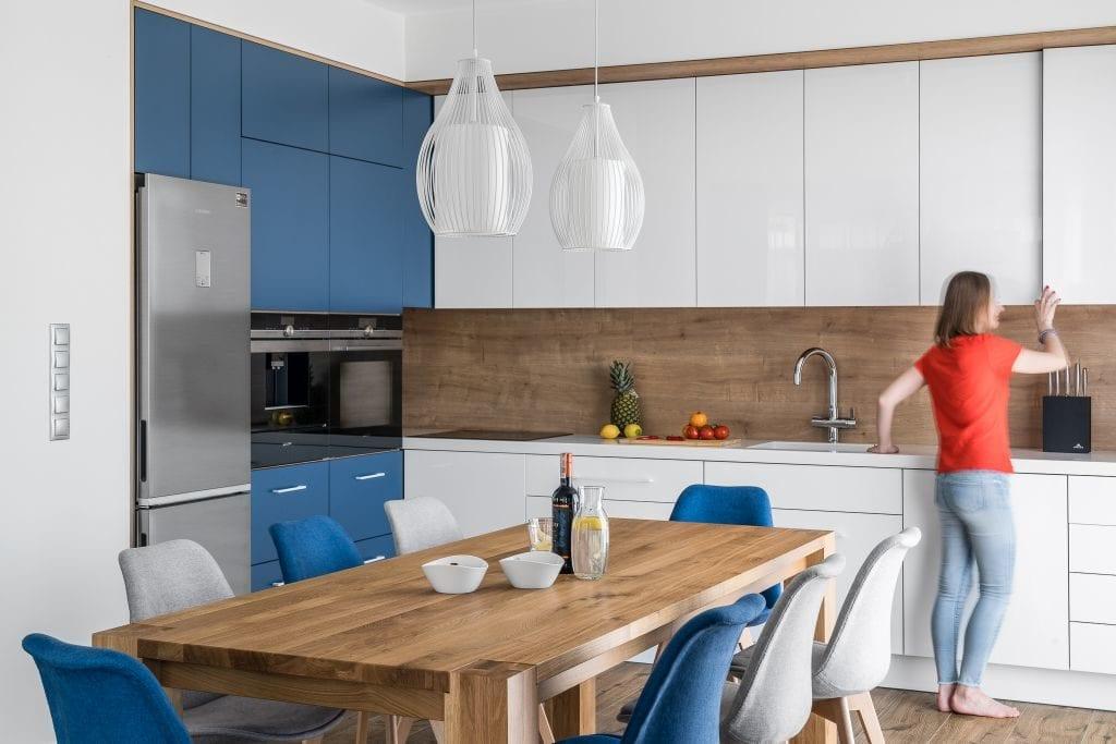 Wakacyjny dom w Giżycku projektu Studio Projekt x Dekorian Home - zdjęcia Fotomohito - biało-niebieska kuchnia