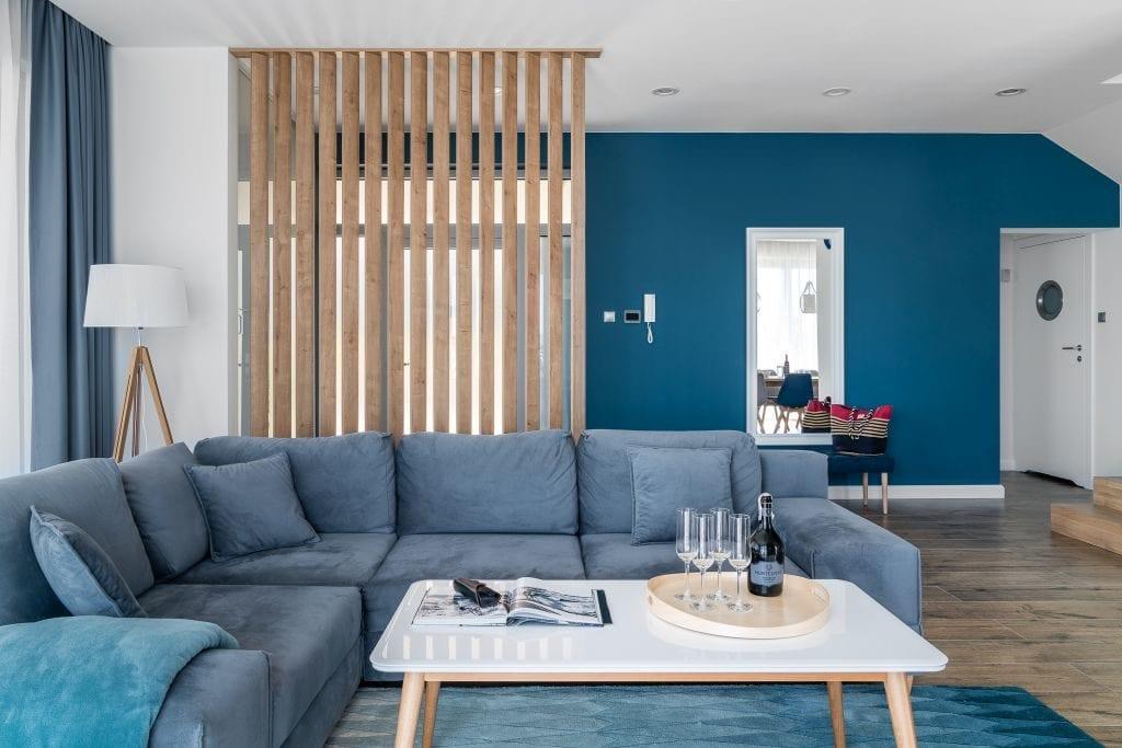 Wakacyjny dom w Giżycku projektu Studio Projekt x Dekorian Home - zdjęcia Fotomohito - niebieska ściana w salonie