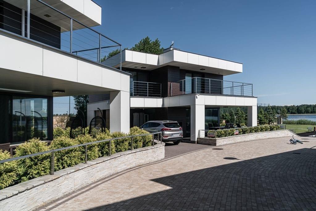 Wakacyjny dom w Giżycku projektu Studio Projekt x Dekorian Home - zdjęcia Fotomohito - front budynku
