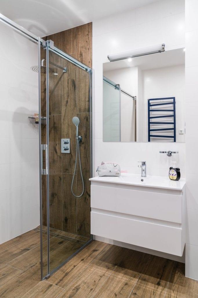 Wakacyjny dom w Giżycku projektu Studio Projekt x Dekorian Home - zdjęcia Fotomohito - jasna łazienka