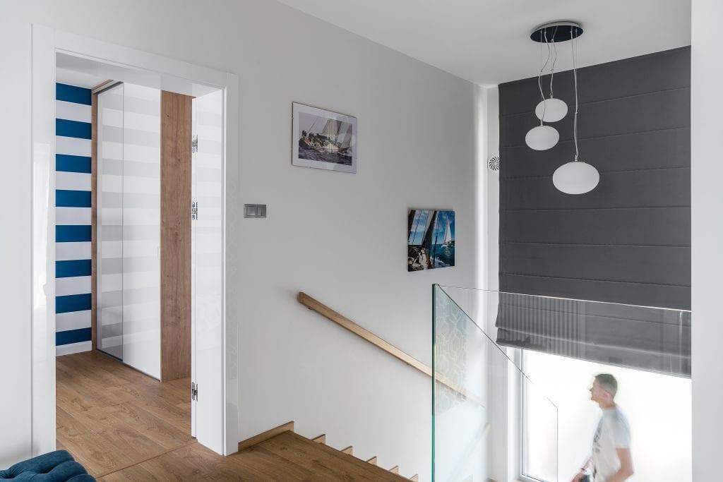 Wakacyjny dom w Giżycku projektu Studio Projekt x Dekorian Home - zdjęcia Fotomohito - schody na parter