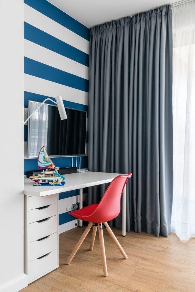 Wakacyjny dom w Giżycku projektu Studio Projekt x Dekorian Home - zdjęcia Fotomohito - pokój z tapetą z motywem marynistycznym