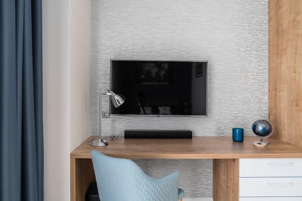 Wakacyjny dom w Giżycku projektu Studio Projekt x Dekorian Home - zdjęcia Fotomohito - telewizor w pokoju