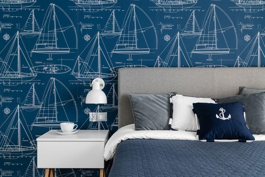 Wakacyjny dom w Giżycku projektu Studio Projekt x Dekorian Home - zdjęcia Fotomohito - pokój z niebieską tapetą w stylu marynistycznym