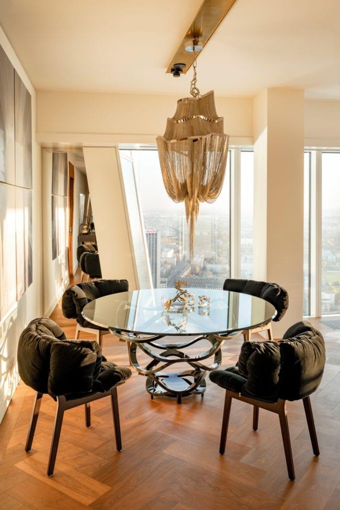 Warszawa, Złota 44 i apartament Reflection - pracownia Anna Koszela-Krawczyk - okrąły stół w pokoju i cztery krzesła