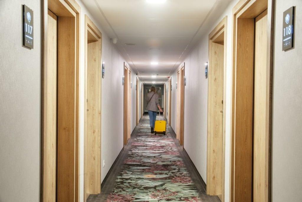 Wnętrza hotelu Ibis Styles Kraków Santorini projektu pracowni ILIARD - korytarz hotelowy