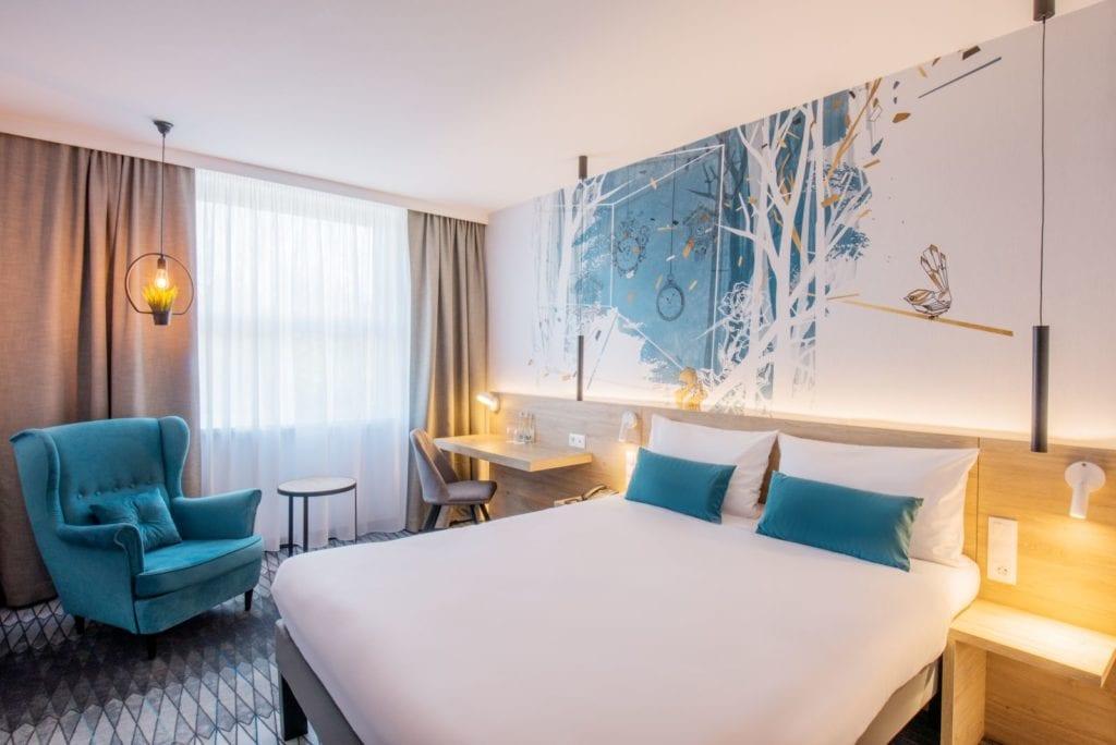 Wnętrza hotelu Ibis Styles Kraków Santorini projektu pracowni ILIARD - pokój hotelowy w Ibis Styles Kraków