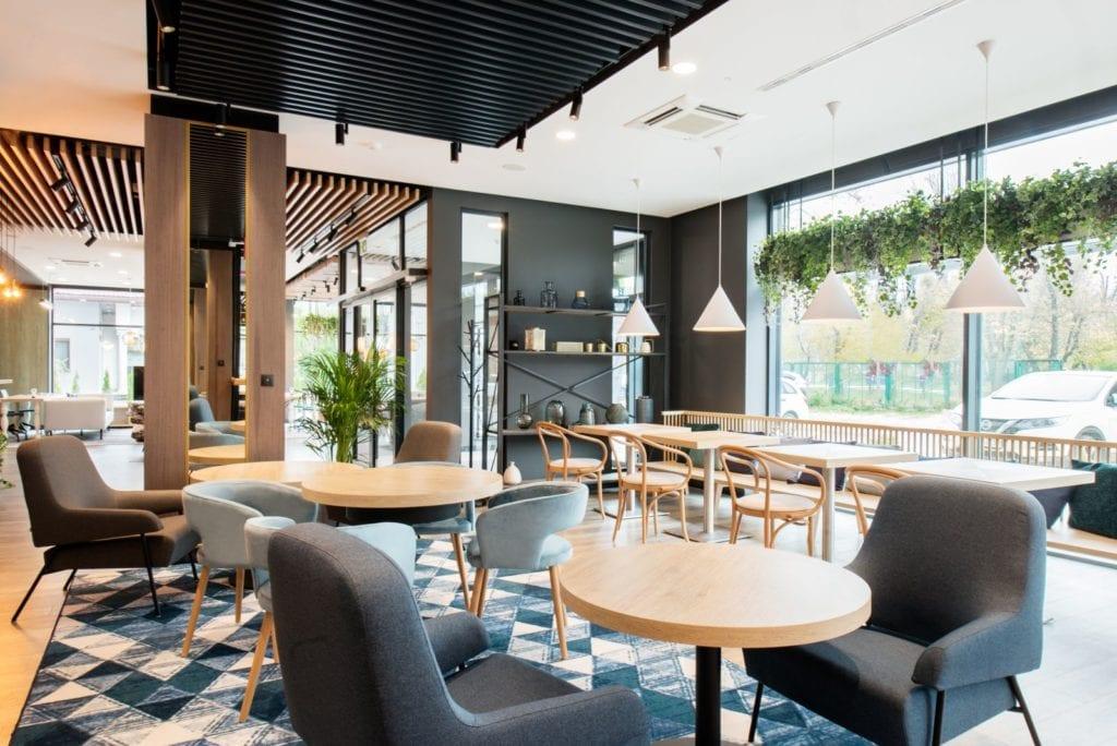 Wnętrza hotelu Ibis Styles Kraków Santorini projektu pracowni ILIARD - wnętrza restauracji w hotelu Ibis Kraków