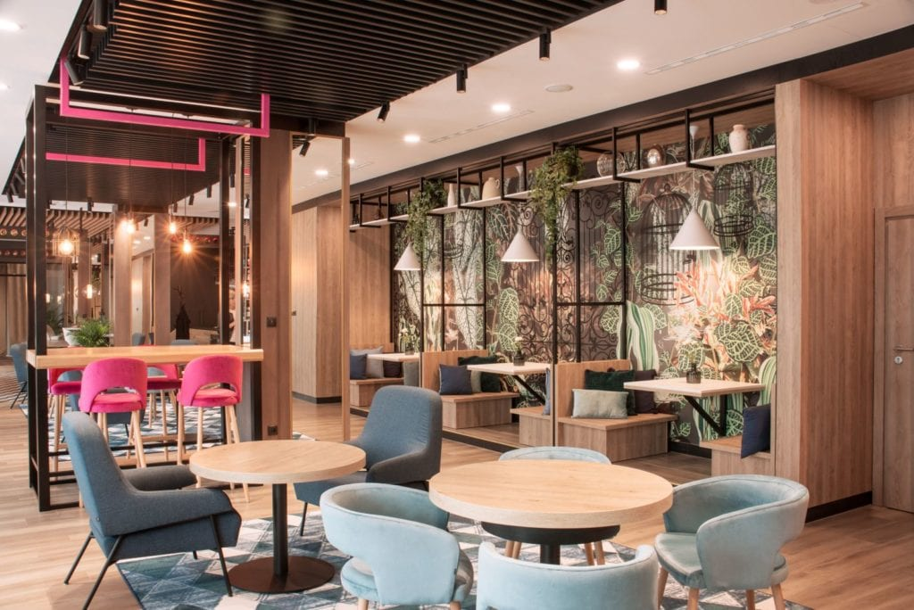 Wnętrza hotelu Ibis Styles Kraków Santorini projektu pracowni ILIARD - wnętrza restauracji hotelowej
