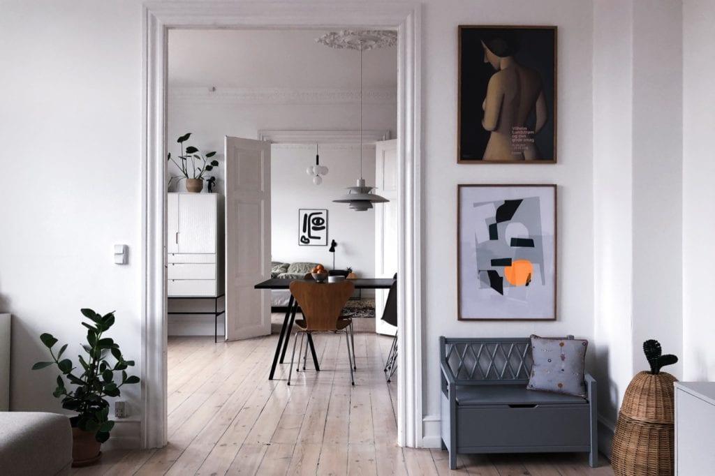 Wnętrze mieszkania duńskiej bloggerki Pernille Baastrup - białe wnętrza z obrazami na ścianie