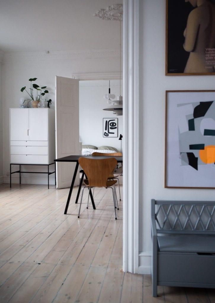 Wnętrze mieszkania duńskiej bloggerki Pernille Baastrup - drewniana podłoga w jasnych wnętrzach