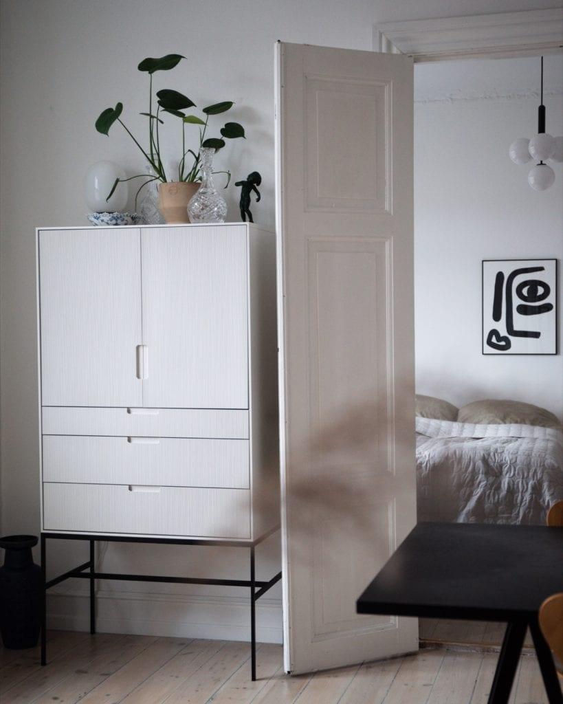 Wnętrze mieszkania duńskiej bloggerki Pernille Baastrup - jasne meble w jasnym wnętrzu