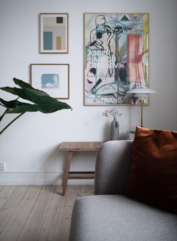 Wnętrze mieszkania duńskiej bloggerki Pernille Baastrup - obrazy na ścianie w pokoju
