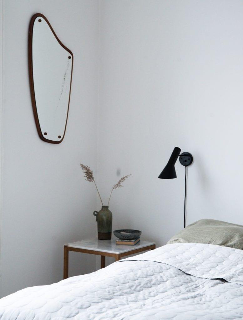 Wnętrze mieszkania duńskiej bloggerki Pernille Baastrup - stolik przy łóżku w sypialni