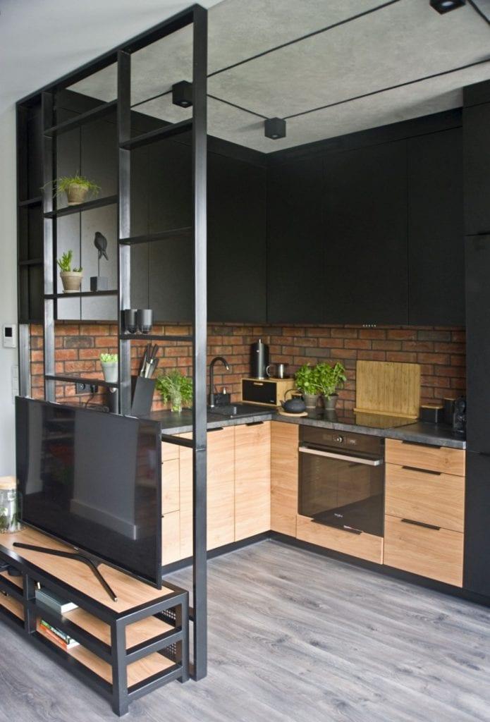 Za co kochamy styl loftowy? Projekt Miśkiewicz Design - Magdalena Miśkiewicz - fronty w kuchni w kolorze czarnym i drewnianym