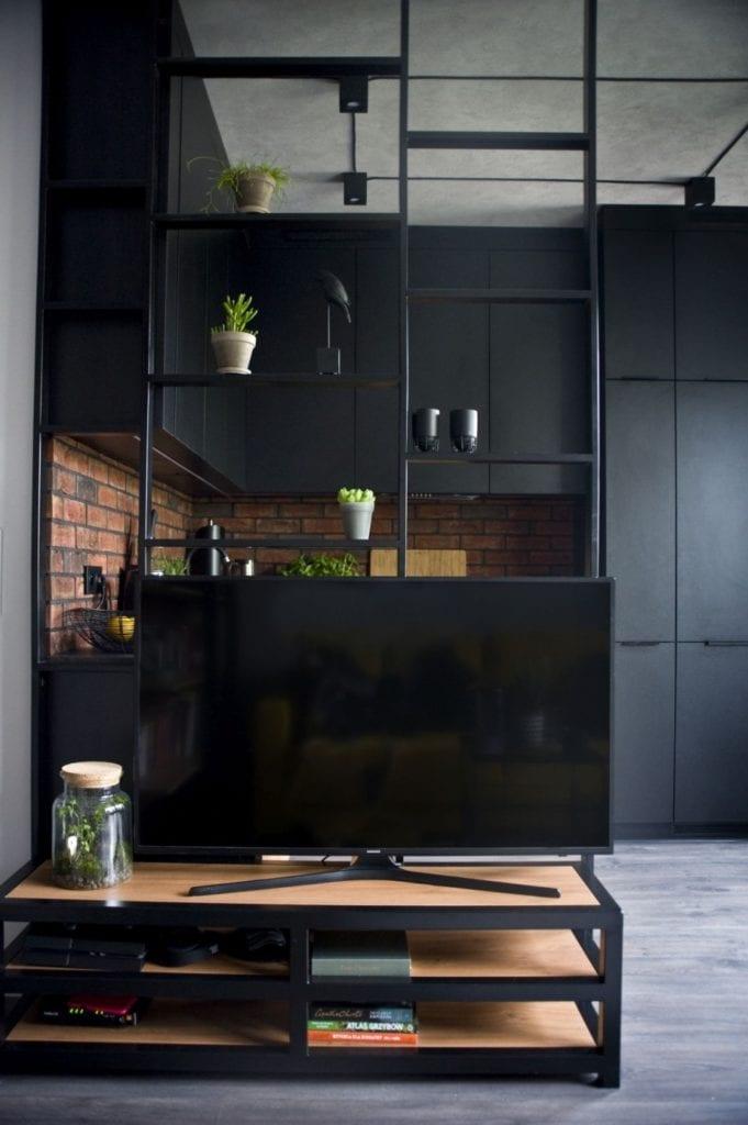 Za co kochamy styl loftowy? Projekt Miśkiewicz Design - Magdalena Miśkiewicz - czarne fronty mebli