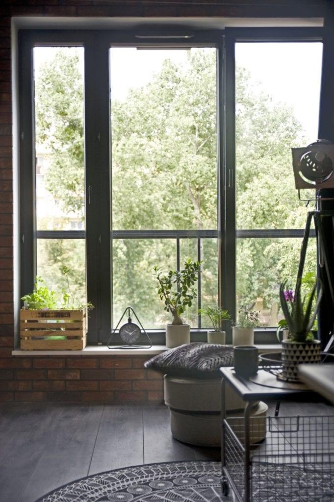 Za co kochamy styl loftowy? Projekt Miśkiewicz Design - Magdalena Miśkiewicz - widok z okna w salonie