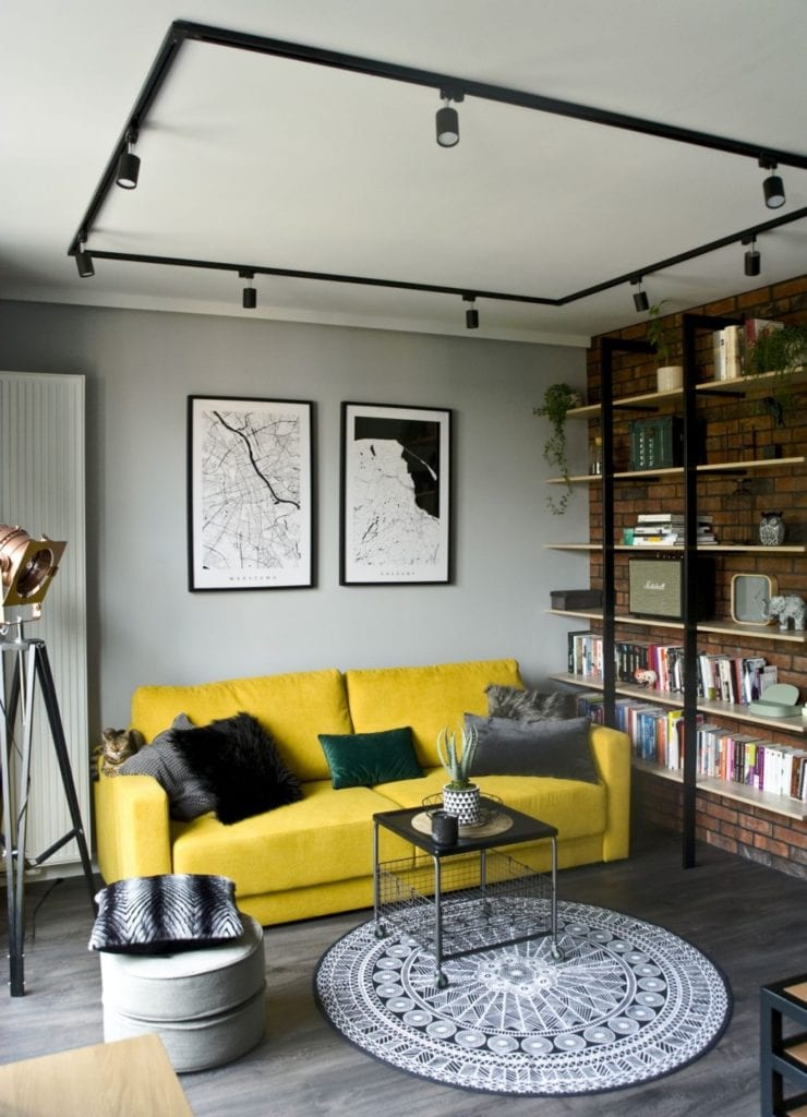 Za co kochamy styl loftowy? Projekt Miśkiewicz Design - Magdalena Miśkiewicz -żółta sofa w salonie