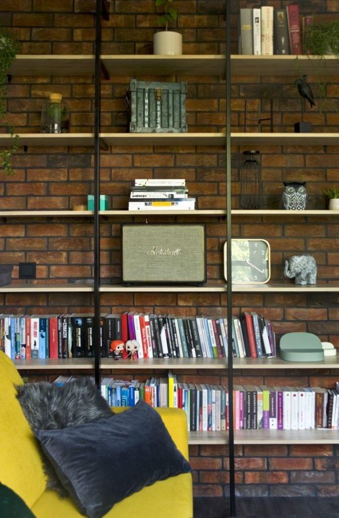 Za co kochamy styl loftowy? Projekt Miśkiewicz Design - Magdalena Miśkiewicz -regał z książkami w salonie