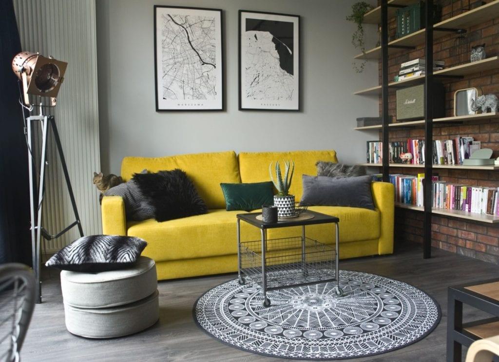 Za co kochamy styl loftowy? Projekt Miśkiewicz Design - Magdalena Miśkiewicz - żółta sofa w mieszkaniu