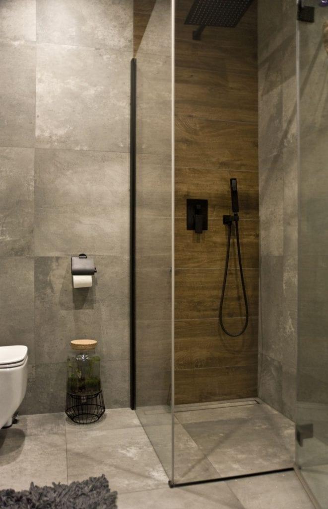 Za co kochamy styl loftowy? Projekt Miśkiewicz Design - Magdalena Miśkiewicz - kabina prysznicowa w łazience
