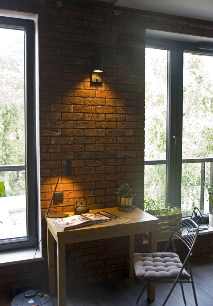 Za co kochamy styl loftowy? Projekt Miśkiewicz Design - Magdalena Miśkiewicz - cegła na ścianie w pokoju