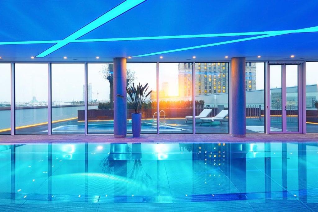 Złota 44 - ekologiczne dzieło architektury - projekt Daniel Libeskind - basen