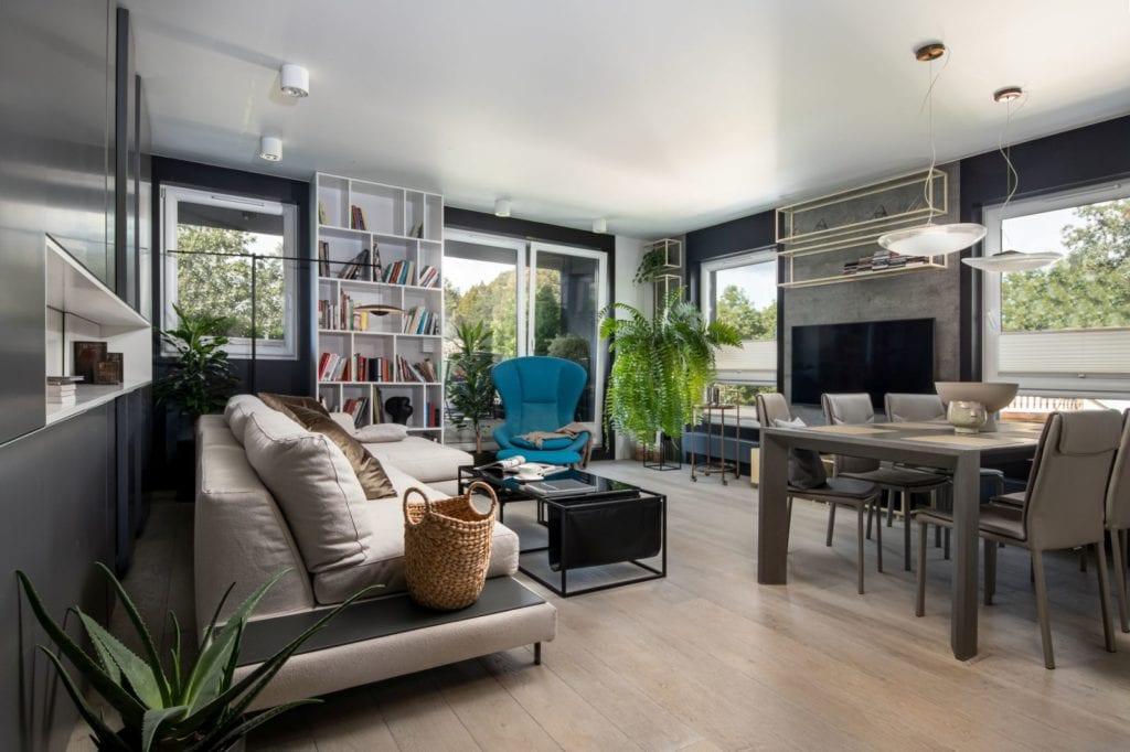 Apartament z widokiem na park Kościuszki w Krakowie projektu Mikołajska Studio - salon z drewnianą podłogą