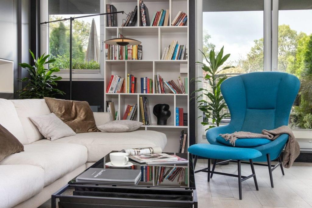 Apartament z widokiem na park Kościuszki w Krakowie projektu Mikołajska Studio - regał na książki w salonie