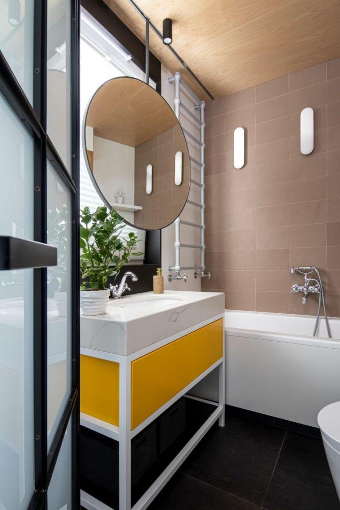 Apartament z widokiem na park Kościuszki w Krakowie projektu Mikołajska Studio - okrągłe lustro w łazience