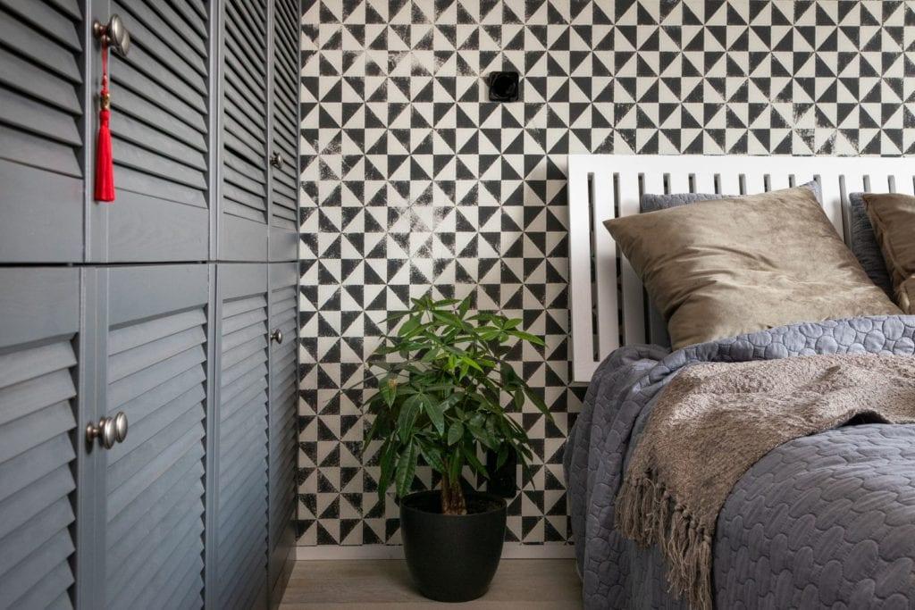 Apartament z widokiem na park Kościuszki w Krakowie projektu Mikołajska Studio - tapeta w geometryczne kształty w sypialni