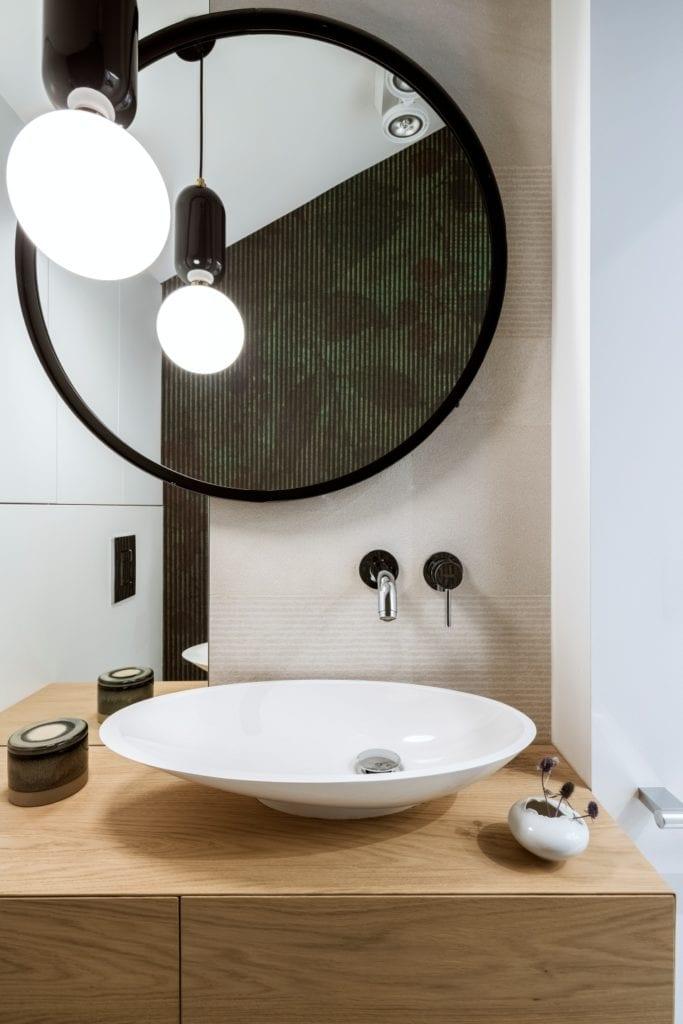 Dom projektu HOLA Design w świątecznej stylizacji - okrągłe lustro w łazience
