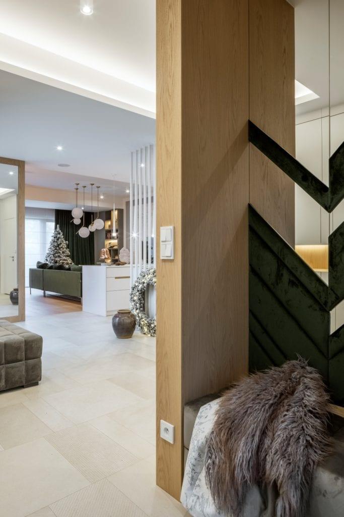 Dom projektu HOLA Design w świątecznej stylizacji - hol w apartamencie