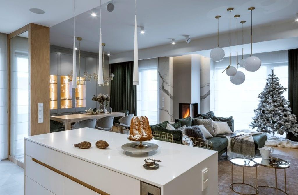 Dom projektu HOLA Design w świątecznej stylizacji - Dom projektu HOLA Design w świątecznej stylizacji - salon połączony z kuchnią