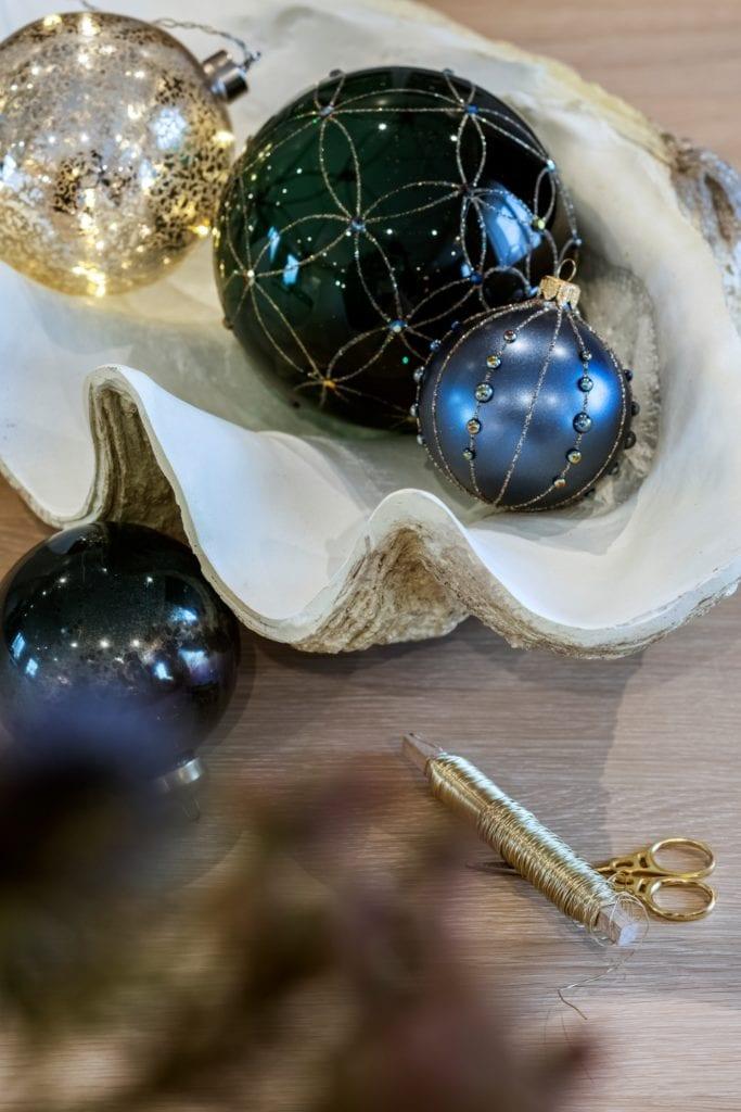 Dom projektu HOLA Design w świątecznej stylizacji - bombki jako dekoracje